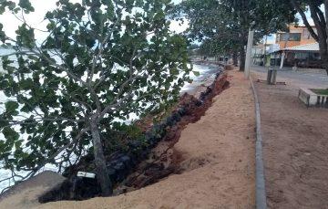 Mar avança e destrói mais uma parte da orla de Meaípe