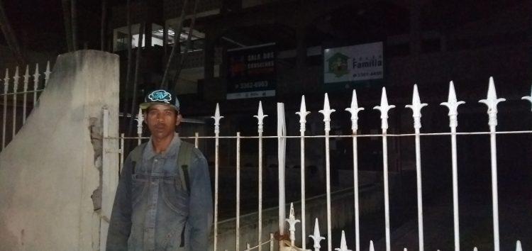Moradores passam a noite na fila para fazer cadastro no Bolsa Família em Guarapari
