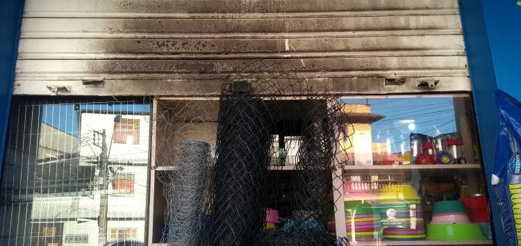 Vídeo: homem coloca fogo em um carro e em uma loja depois de um dia de bebedeira em Guarapari