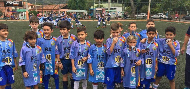 """Escolinha de futebol """"Craques Para o Futuro"""" tem revelado talentos e levado lazer em Guarapari"""