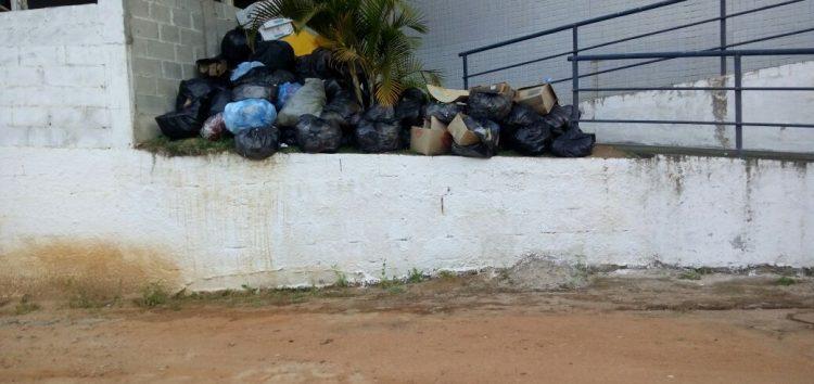 Lixo acumulado na Comunidade de Todos os Santos há dois meses