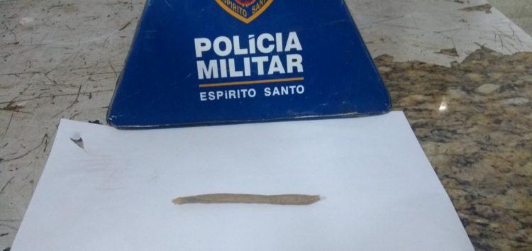 Sem noção: jovem vai na polícia pegar documentos do carro e acaba preso com cigarro de maconha