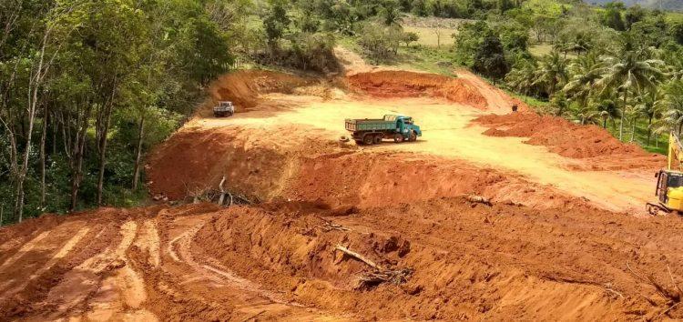 Fiscalização embarga obra que desmatava área rural em Guarapari