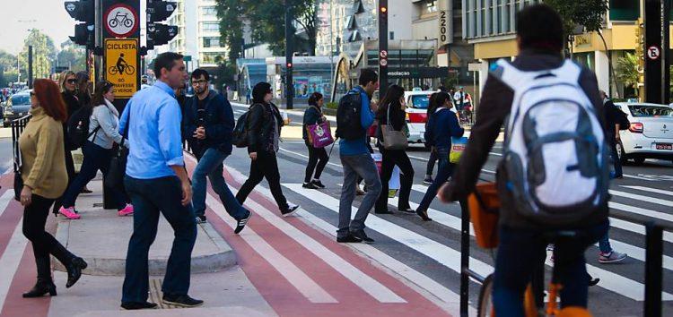 Ciclistas e pedestres podem ser multados a partir de 2018