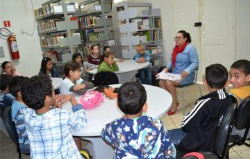 Estudantes de Alfredo Chaves participam de contação de histórias na Biblioteca Municipal