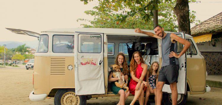 Família gaúcha que viaja o mundo em uma Kombi chega a Guarapari