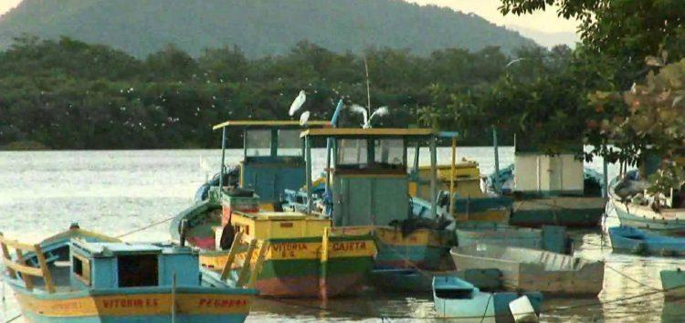 Pescadores de Anchieta são resgatados após naufrágio no ES