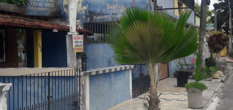 Pousada na Praia do Morro é notificada por fechamento de calçada