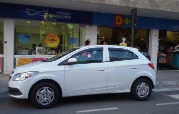 Carro estacionado sem o ticket do rotativo é advertido com adesivo