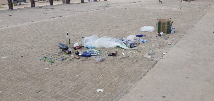 Cerca de 90 toneladas de lixo são retiradas por dia das praias em Guarapari