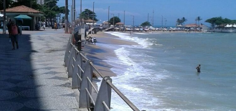 Praia da Areia Preta, em Guarapari, é tomada pelo mar neste domingo (28)