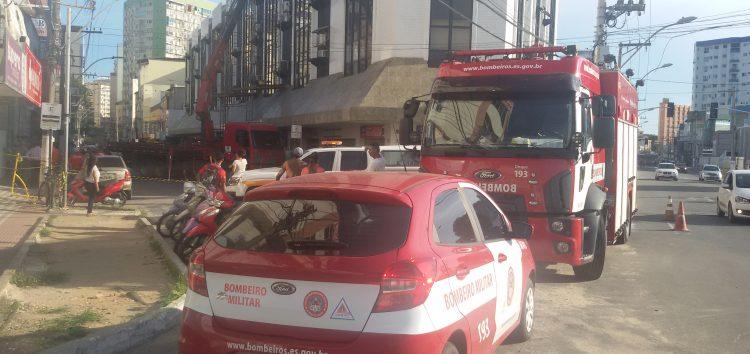 Queda de laje interdita rua no Centro de Guarapari