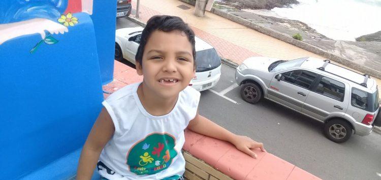 Aluno especial espera contratação de cuidador para ir à escola em Guarapari