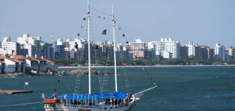 Outros passeios de barco em Guarapari além das escunas