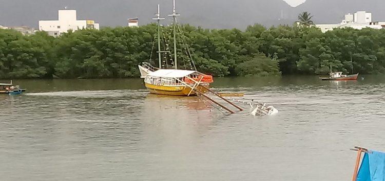 Chuva forte afunda escuna de 20 metros no canal de Guarapari