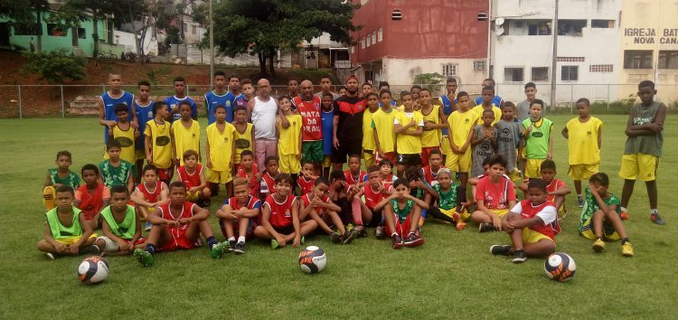 Seu bairro no Folha: Futebol para crianças e adolescentes no bairro Adalberto em Guarapari