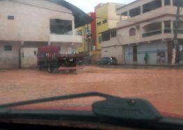 Alagamentos e queda de barreiras em Alfredo Chaves após noite de chuva