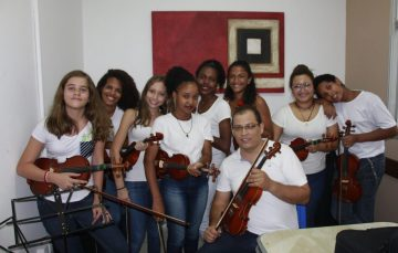 Projeto leva curso gratuito de violino a adolescentes de Guarapari