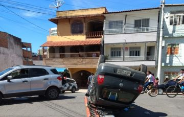Carro capota após colisão no bairro Muquiçaba