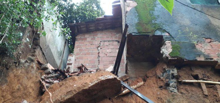 Chuva deixa família desalojada; água invade casas e moradores ficam no prejuízo em Guarapari