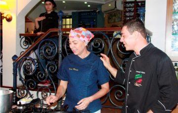 Chefs de Guarapari apresentam aula show em evento gastronômico