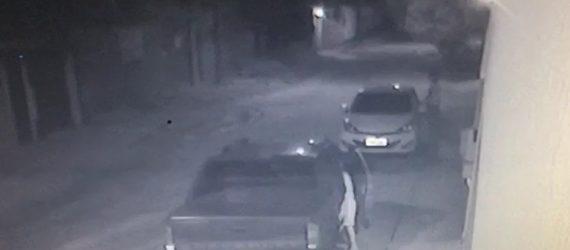 Vídeo flagra crianças furtando objetos dentro de veículo em Guarapari