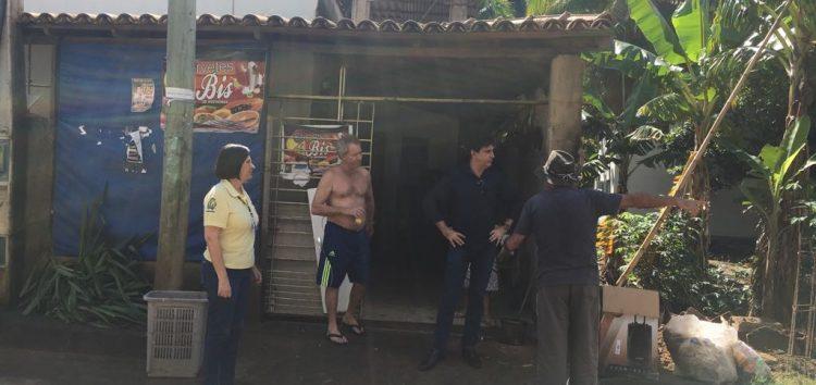 Comunidade de Iguape recebe visita do Prefeito de Guarapari após temporal