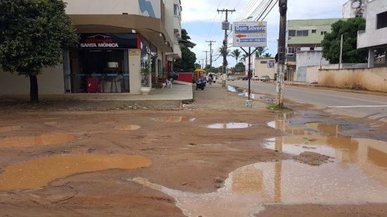 Buracos em rua do Perocão, Guarapari, dificultam a vida dos moradores