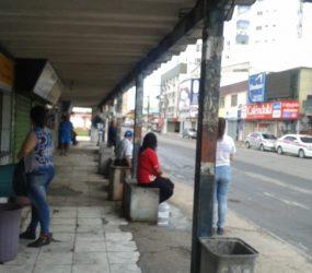 Situação precária em ponto de ônibus no Centro de Guarapari