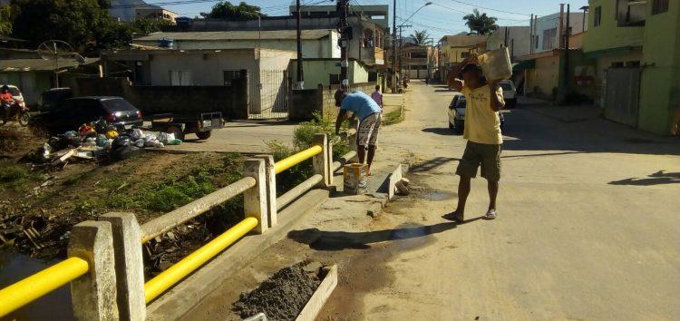 Por inciativa própria, moradores de Jabaraí fazem reforma da ponte de acesso ao bairro