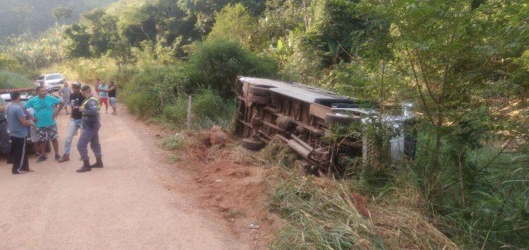 Criança ferida em acidente com micro-ônibus em Guarapari é transferida para Vitória