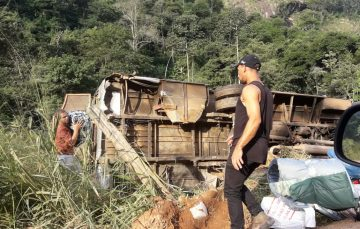 Criança é socorrida em estado grave após micro-ônibus tombar em zona rural de Guarapari