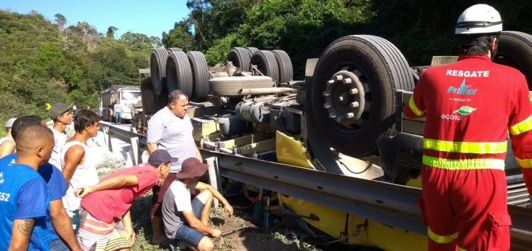 Motorista morre após caminhão tombar na BR 101 em Anchieta