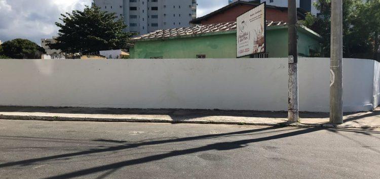 """Empresa """"apaga"""" grafite em muro na Prainha de Muquiçaba, em Guarapari"""