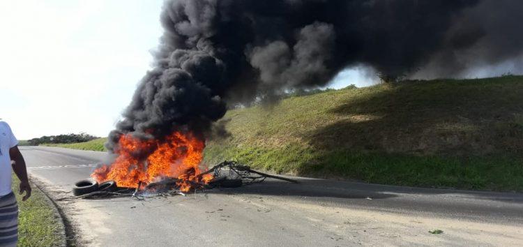 Depois de várias mortes, moradores do bairro Jaboticaba fazem protesto por melhorias próximo ao viaduto em Guarapari