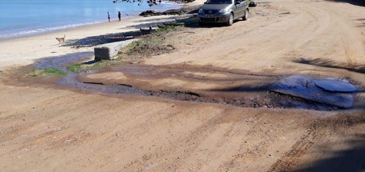 Esgoto transborda e chega à praia em Meaípe, Guarapari