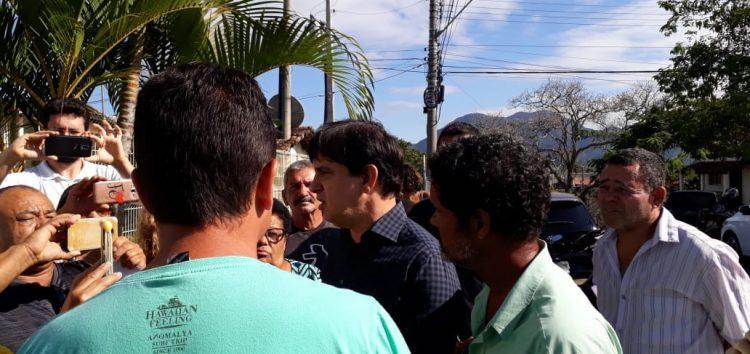 Prefeito de Guarapari conversou com moradores e prometeu mais uma vez luz em Santa Arinda
