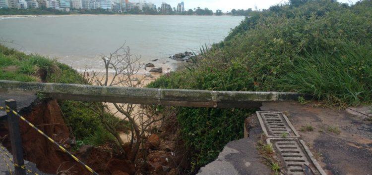 Solo de areia cede e cratera é aberta na Praia de Peracanga em Guarapari
