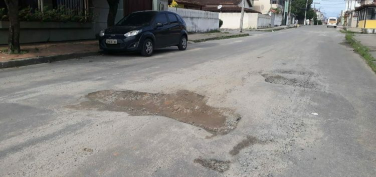 Moradores de Meaípe entram na contramão para desviar de crateras na avenida principal