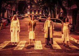 Neste sábado (08), atrizes encenam peça na rua em Guarapari