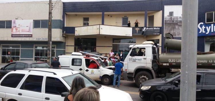 Passa bem o motorista da ambulância que bateu em um caminhão em Guarapari