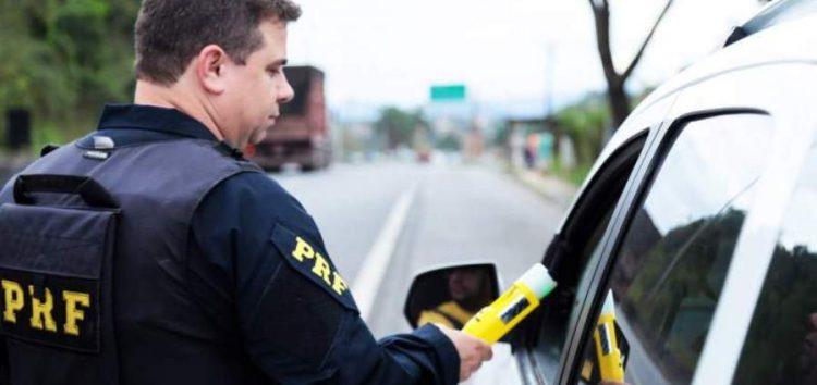 Feriadão nas estradas: acidentes diminuem em 50% mas número de infrações passa de mil, diz PRF