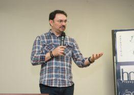 Rossandro Klinjey desperta autorreflexão em público de Guarapari