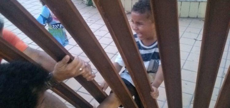 Criança fica presa em estrutura metálica de praça em Guarapari e família questiona