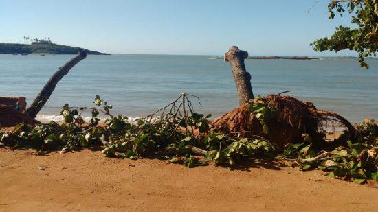 Trecho da orla de Meaípe segue interditado após queda de muro em Guarapari