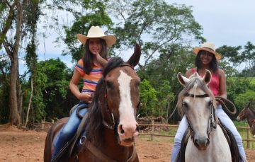 Meninas de Alfredo Chaves mostram que amor pelo cavalo não tem idade
