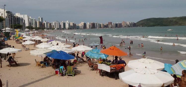 Feriado de finados surpreende com sol e praias cheias em Guarapari