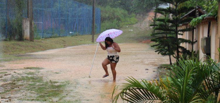 Moradores de Santa Mônica sofrem com chuva prolongada e falta de estrutura em Guarapari
