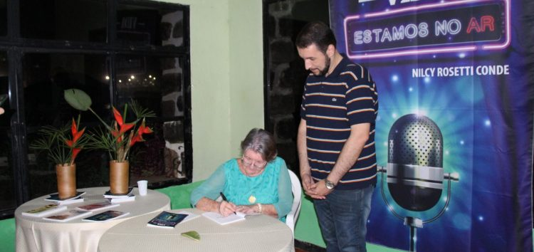 Moradora de Guarapari lança livro contando histórias vividas no rádio