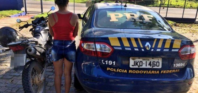 Mulher com motocicleta roubada é presa em Anchieta pela PRF